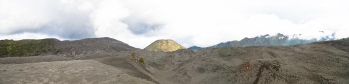 Panoramic view di lautan pasir Bromo, dengan latar belakang puncak gunung Batok. Silakan klik untuk melihat gambar dengan resolusi besar.